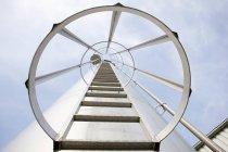 Échelle avec barrière circulaire — Photo de stock
