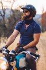 Человек, сидящий на мотоцикле, глядя на вид, Национальный парк Секвойя, Калифорния, США — стоковое фото
