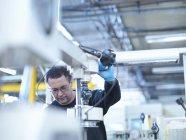 Инженер, работающий на заводе — стоковое фото