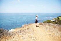 Junge Frau, die ein Spaziergang an der Küste Palos Verdes, Kalifornien, Usa — Stockfoto