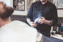 Barbiere che prepara spazzola da barba in negozio di barbiere — Foto stock
