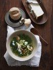 Вид зверху суп чаші з хліб рулон і сиром Пармезан, сир — стокове фото