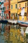 Les bâtiments colorés et canal avec les bateaux — Photo de stock