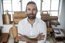 Портрет человека на деревообрабатывающей фабрике — стоковое фото
