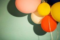 Manojo de globos de colores - foto de stock