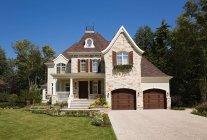 Fachada da casa grande com jardim em Quebec, Canadá — Fotografia de Stock