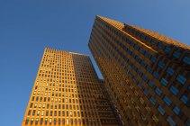 Vista ad angolo di grattacieli di ufficio alla luce del sole — Foto stock