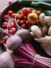 Verdura fresca e funghi con pomodori a grappolo, barbabietole e zucchine — Foto stock