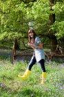 Mujer joven en campo de campanillas - foto de stock