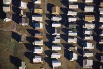 Vista aérea de sol iluminado casas en fila - foto de stock