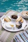 Piatto di formaggio e olive — Foto stock
