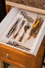 Blick auf das Besteck in der Holzschublade in der Küche — Stockfoto
