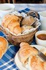 Frisch gebackene Croissants und Gebäck auf dem Tisch — Stockfoto