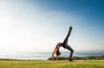 Женщины на скале, в положении йоги — стоковое фото