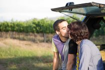 Пара поцелуи тылу внедорожник — стоковое фото