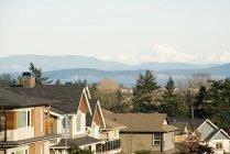 Via suburbana e vista sulle montagne — Foto stock