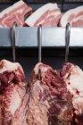 Cerdo y carne de vacuno en anzuelos - foto de stock