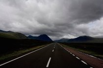 Autoroute vide dans les Highlands — Photo de stock