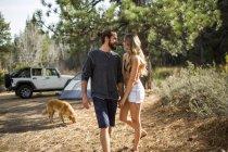 Tenue romantique jeune couple les mains dans le camping de la forêt, Lake Tahoe, Nevada, Usa — Photo de stock