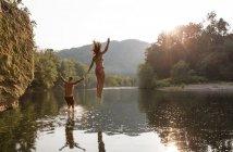 Jeune couple se jetant dans la rivière, Hambourg, Pennsylvanie, é.-u. — Photo de stock