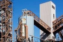 Vista dell'infrastruttura di fabbrica e del silo — Foto stock