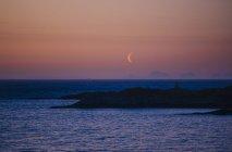 Берегова лінія в сутінки і місяць на небо — стокове фото