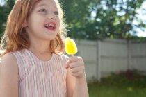 Portrait de fille tenant glace lolly à l'extérieur — Photo de stock