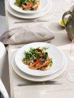 Пластина барабулька pangrattato подається з столові прилади і полотнища серветку ot таблиці — стокове фото