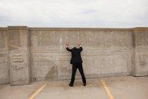 Empresário de pé com as mãos contra a parede — Fotografia de Stock