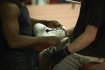 Autocar aidant boxer Mettez des gants, section — Photo de stock