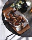 Острые куриные крылышки на поднос — стоковое фото
