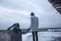 Pareja de vacaciones de invierno, Odessa, Ucrania - foto de stock