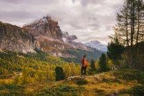 Senderista disfrutando de paisajes, Monte Lagazuoi, Alpes Dolomitas, Tirol del Sur, Italia - foto de stock
