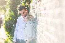 Jeune couple romantique appuyé contre un mur de briques au Regent's Canal, Londres, Royaume-Uni — Photo de stock