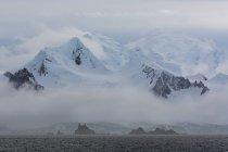 Nubes bajas sobre Icebergs en el canal de Lemaire, Antártida - foto de stock