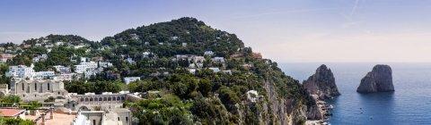 Скелі і скелі в море, Капрі, Амальфі, Італія — стокове фото