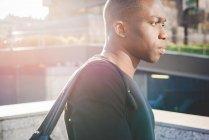 Junger Mann zu Fuß im Freien, Seitenansicht — Stockfoto