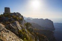Paisajistas de montañas y cielo soleado, Mallorca, España - foto de stock