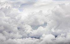 Blick auf Fuffy Wolken bedecktem Himmel — Stockfoto