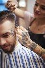 Parrucchiere taglio capelli del cliente — Foto stock
