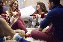 Друзі, які люблять розливати вино в халеті. — стокове фото
