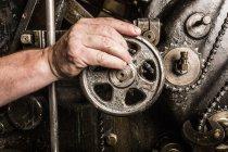Nahaufnahme der von Hand bedienenden Druckmaschinen in der Druckereiwerkstatt — Stockfoto