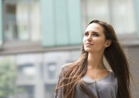 Giovane donna d'affari su city street, Londra, Regno Unito — Foto stock