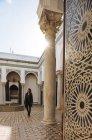 Mujer explorando, Kasbah, Tánger, Marruecos, norte de África - foto de stock