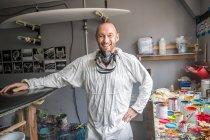 Портрет мужчины-плотника в мастерской серфингиста — стоковое фото