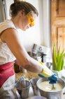 Mittelteil der Frau rührt Schüssel mit flüssiger Lavendelseife in handgemachter Seifenwerkstatt — Stockfoto