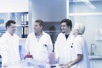 Científicos riendo en laboratorio - foto de stock