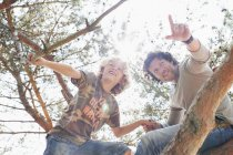 Vater und Sohn Kletterbaum — Stockfoto