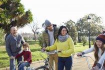 Famille multi-génération dans le parc avec vélos — Photo de stock