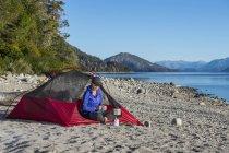 Femme, camping du lac Nahuel Huapi en Patagonie — Photo de stock